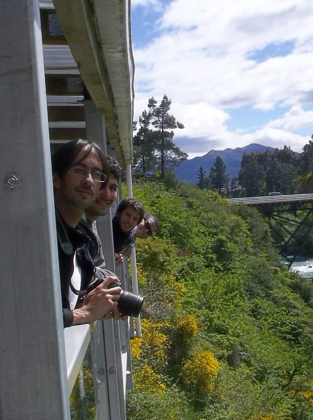 Con la banda, averiguando sobre el bungee jumping