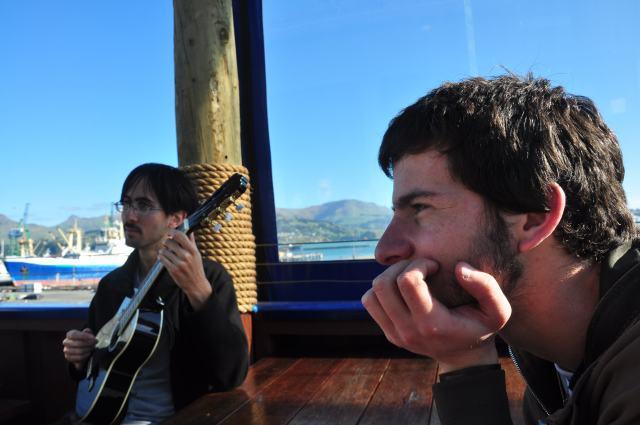 En un barcito en el puerto de Lyttleton, siempre hay tiempo para parar las orejas
