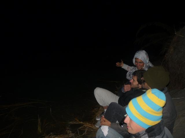 Discutiendo quien sabe que, a la vera de un río en Okains Bay